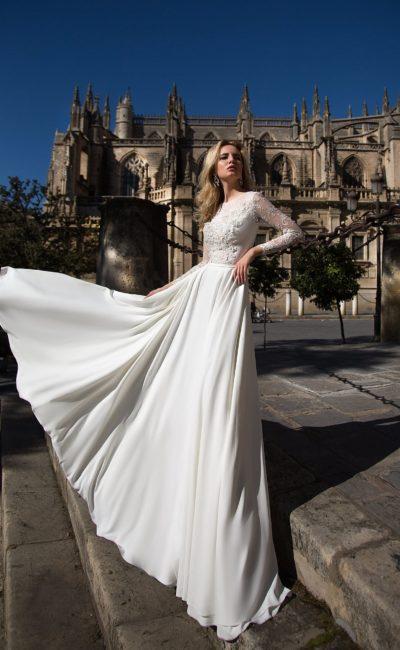 Элегантное прямое свадебное платье с вырезом под горло и длинными рукавами из плотной ткани.