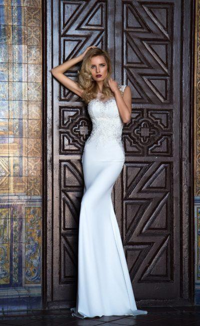 Стильное свадебное платье силуэта «колонна» с открытым декольте и широкими бретелями.