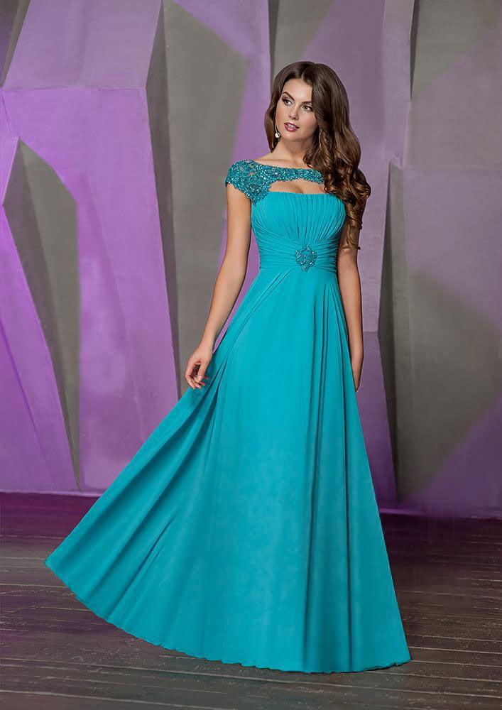 Прямое вечернее платье с отделкой драпировками и сияющим декором верха.