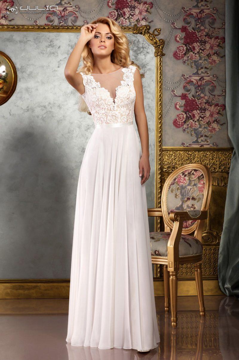 Прямое свадебное платье с фигурным кружевным вырезом декольте.