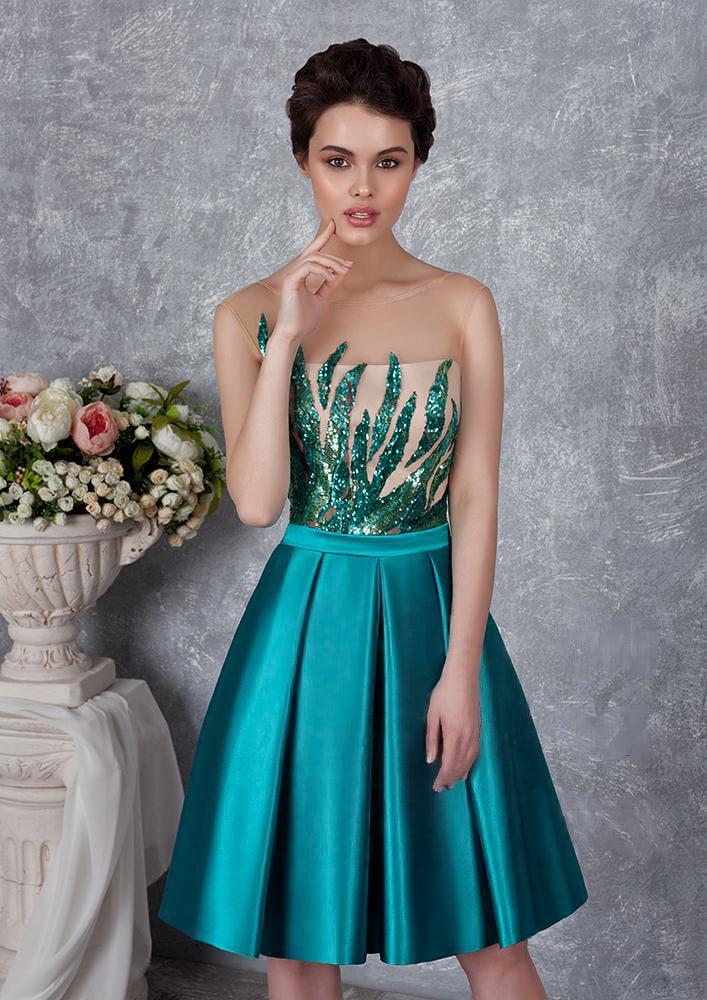 Короткое вечернее платье с пышной атласной юбкой и вышивкой пайетками по верху.