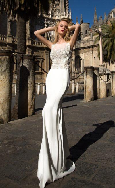 Притягательное свадебное платье с закрытым верхом, покрытым кружевной отделкой.