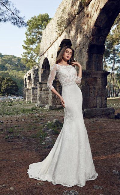 Свадебное платье «рыбка» с полупрозрачным лифом, дополненным длинными рукавами.