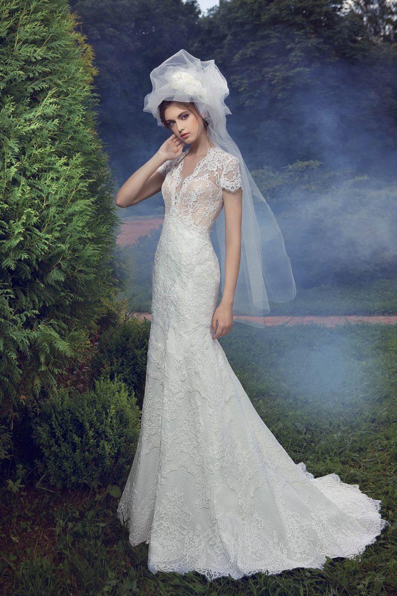 Женственное свадебное платье с бежевым корсетом и белой юбкой, покрытыми кружевом.