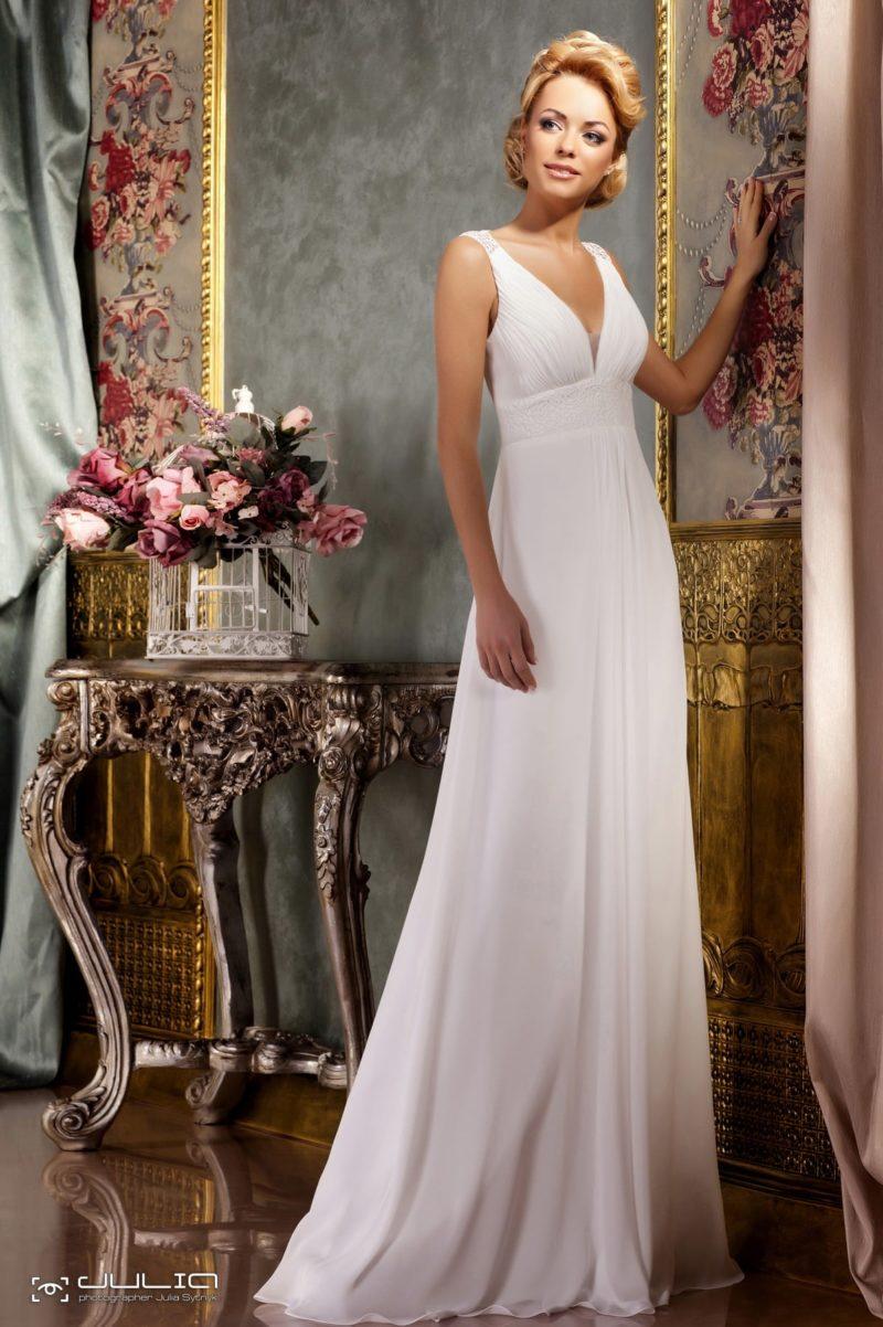 Прямое свадебное платье с элегантным V-образным вырезом декольте.