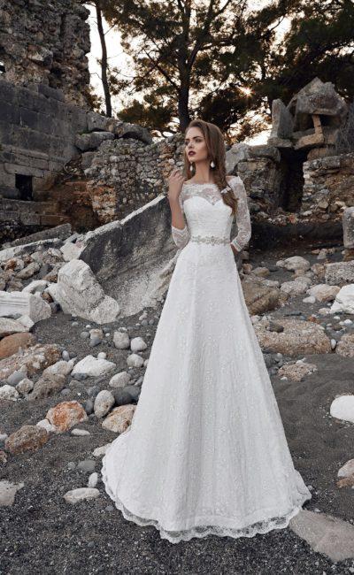 Закрытое свадебное платье с кружевной отделкой корсета и поясом, украшенным бисером.