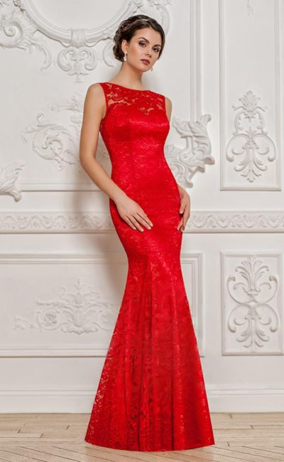 Красное вечернее платье облегающего кроя с вырезом «замочная скважина» сзади.