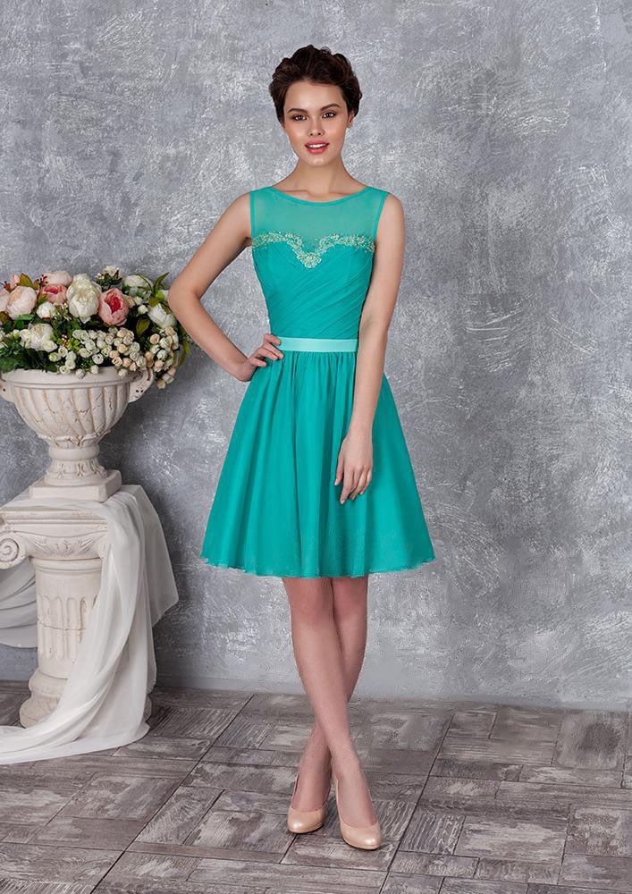 Прямое вечернее платье с пышной юбкой до колена и небольшим вырезом на спинке.