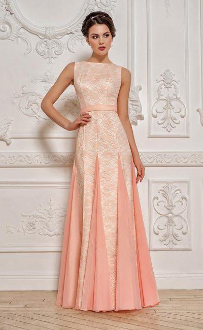 Прямое вечернее платье пудрового оттенка с элегантным поясом и закрытым верхом.