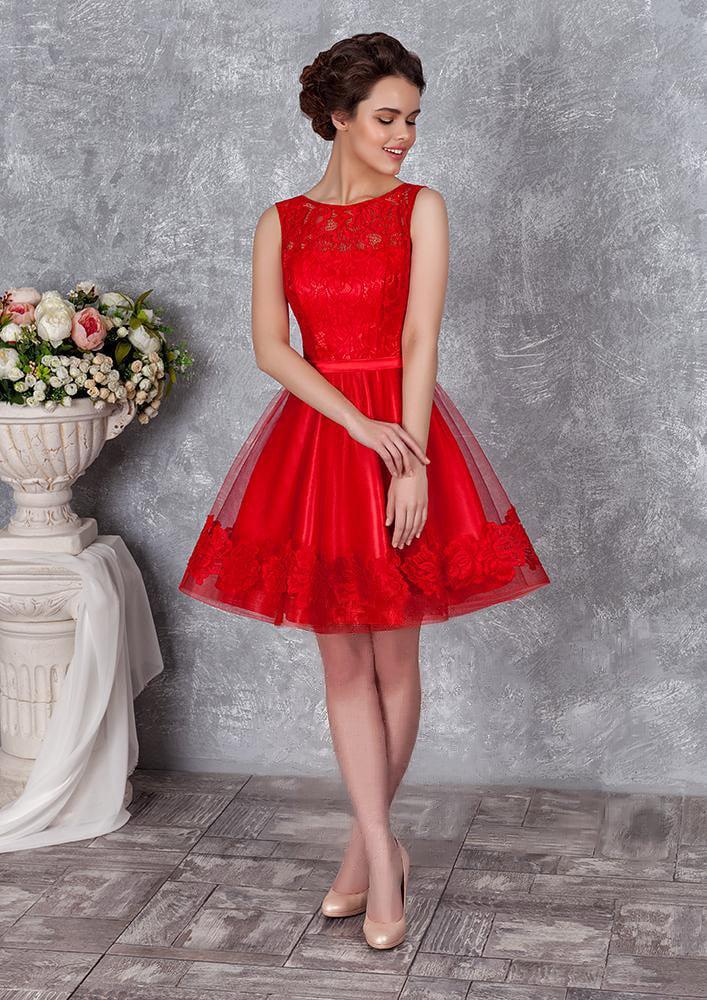 Короткое вечернее платье с многослойной пышной юбкой и кружевным верхом.