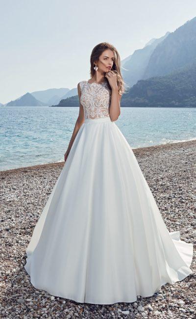 Атласное свадебное платье «трапеция» с полупрозрачным кружевным лифом с закрытым декольте.