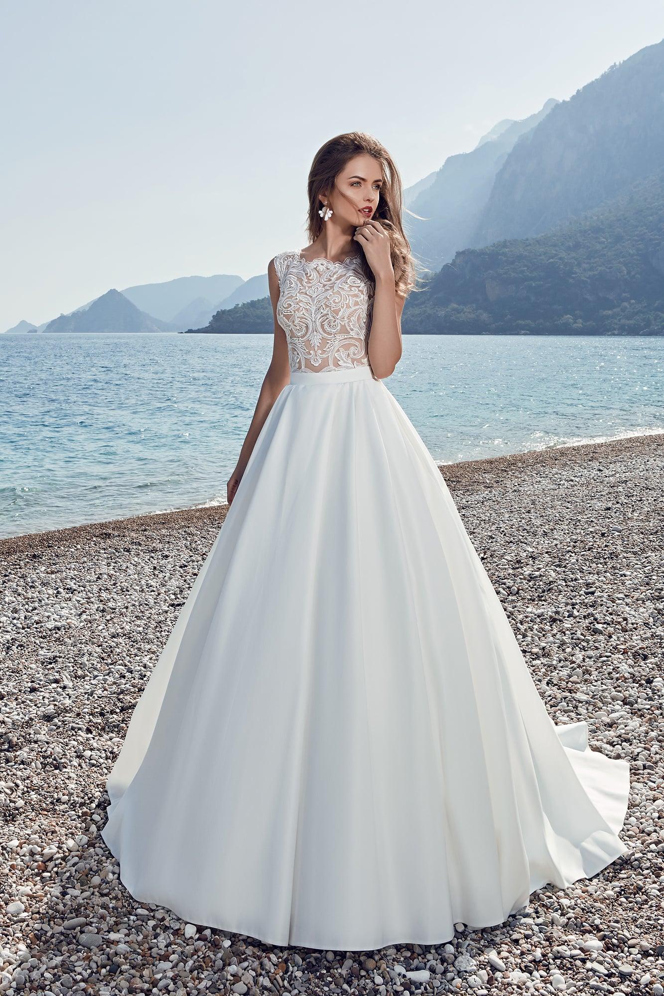 e84be758d64 Атласное свадебное платье «трапеция» с полупрозрачным кружевным лифом с  закрытым декольте.