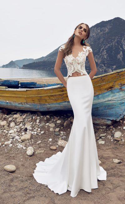 Свадебное платье с облегающей юбкой и кружевным топом, открывающим талию и спинку.