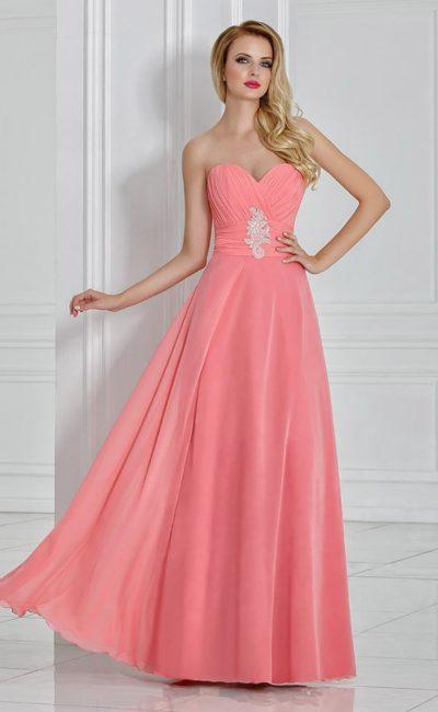 Стильное вечернее платье с декором из драпировок и открытым декольте.