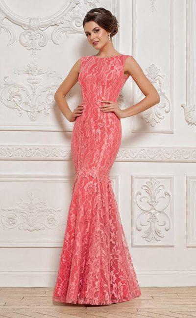 Розовое вечернее платье с кружевной отделкой и небольшим вырезом на спине.