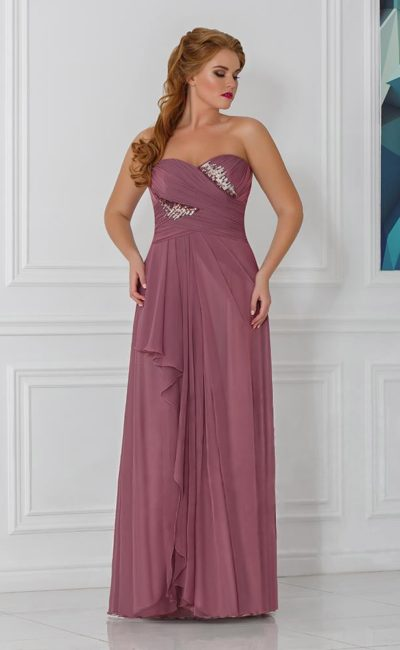 Романтичное вечернее платье прямого кроя с драпировками и вырезом на юбке.
