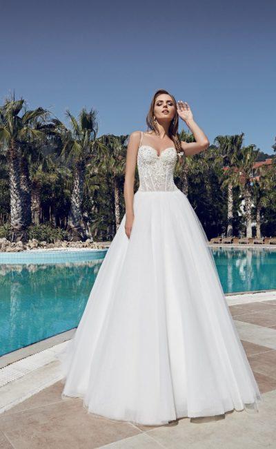 Стильное свадебное платье пышного кроя с полупрозрачным кружевным корсетом с открытым лифом.