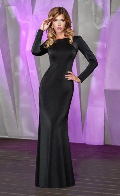 Изысканное вечернее платье из глянцевой атласной ткани, с длинным прямым рукавом.