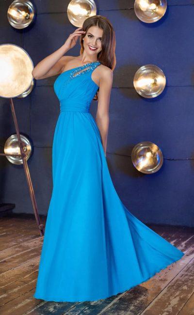 Прямое вечернее платье с асимметричным лифом, украшенным бисером.