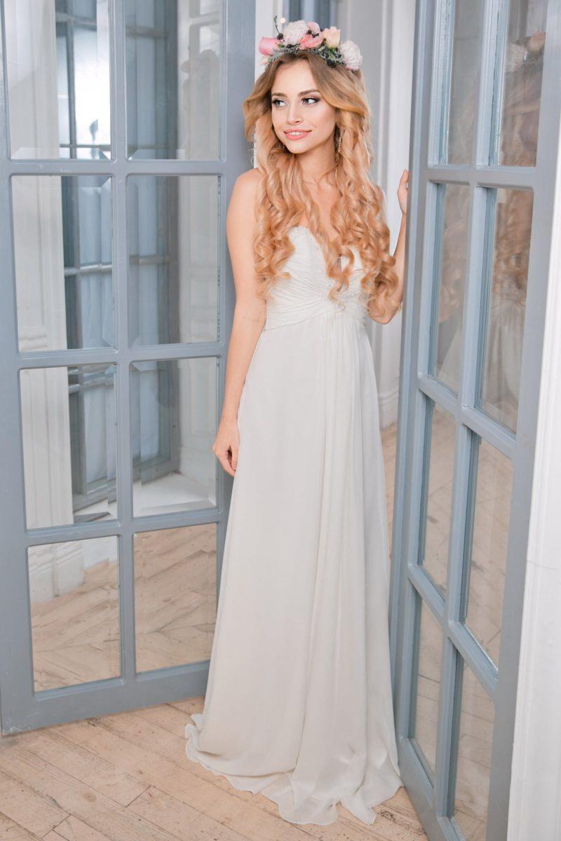 Лаконичное свадебное платье прямого кроя с лифом в форме сердечка.