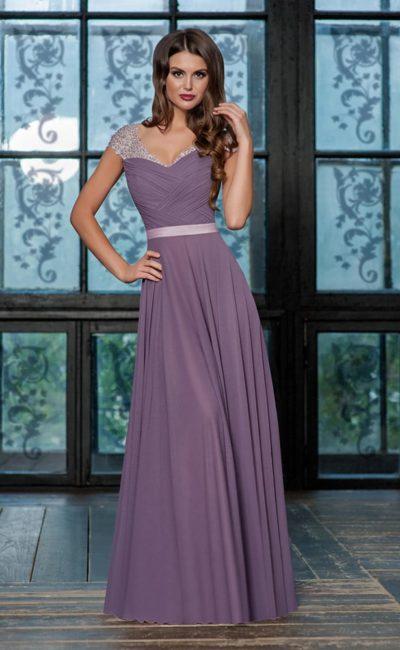Лиловое вечернее платье прямого кроя с узким поясом и сияющими рукавами.