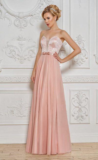 Розовое вечернее платье прямого кроя с открытым глянцевым корсетом.
