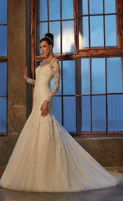 Кружевное свадебное платье с длинными облегающими рукавами и объемной юбкой «рыбка».