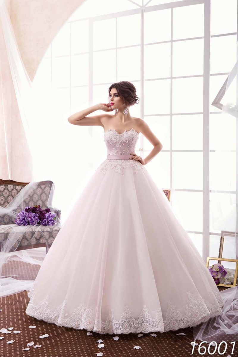 Открытое свадебное платье нежного розового цвета с фактурным лифом и изящным поясом.