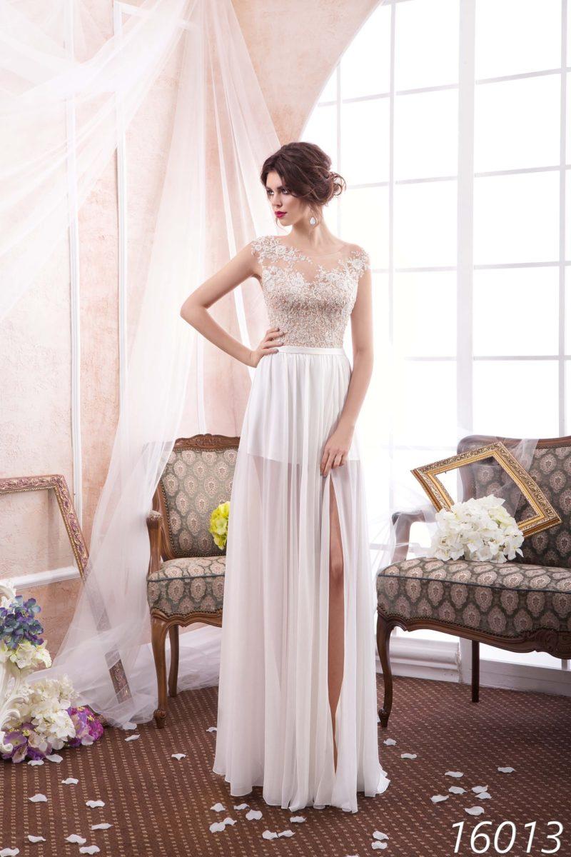 Прямое свадебное платье с полупрозрачной юбкой, дополненной сбоку разрезом.