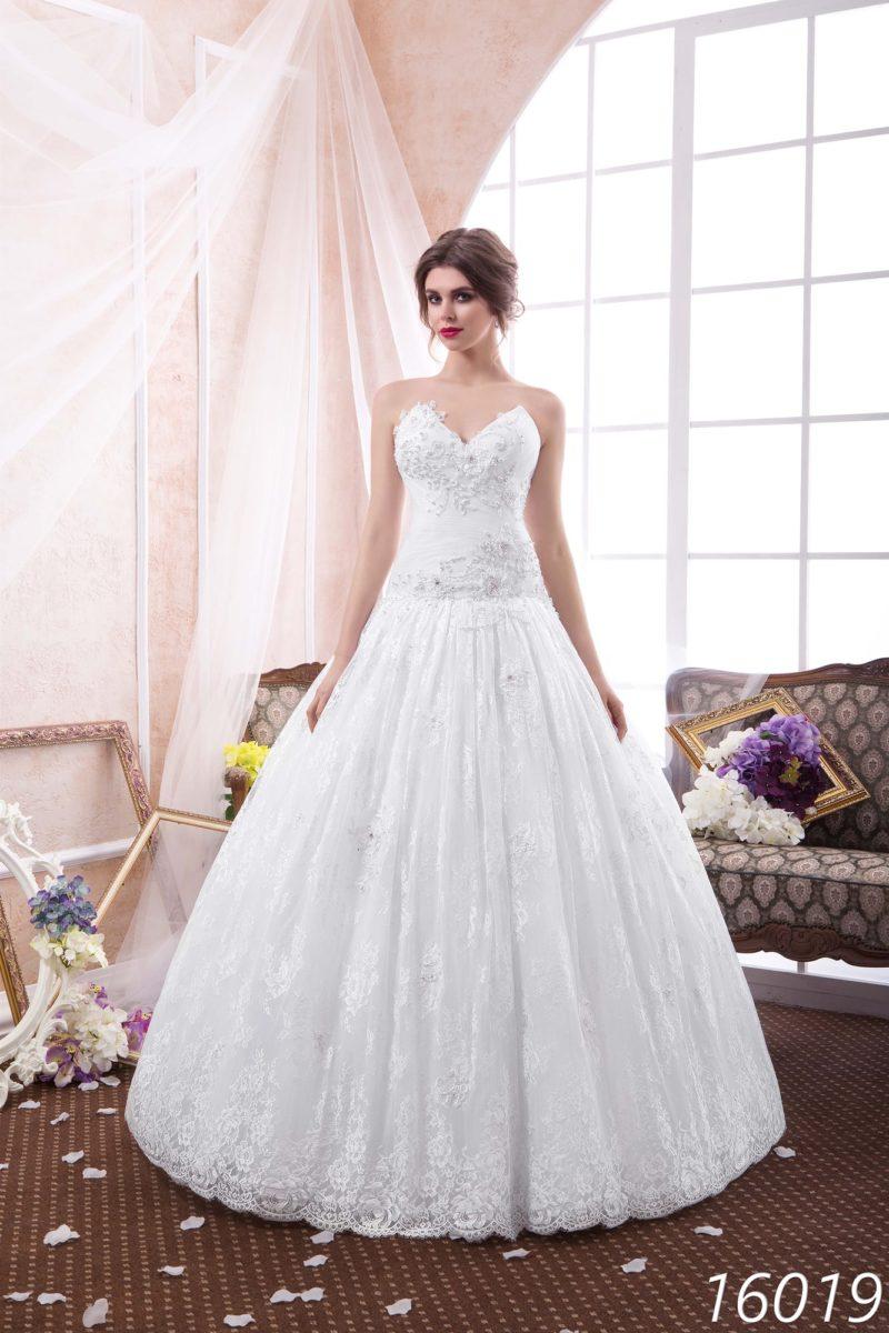 Кружевное свадебное платье «принцесса» с открытым декольте необычной угловатой формы.