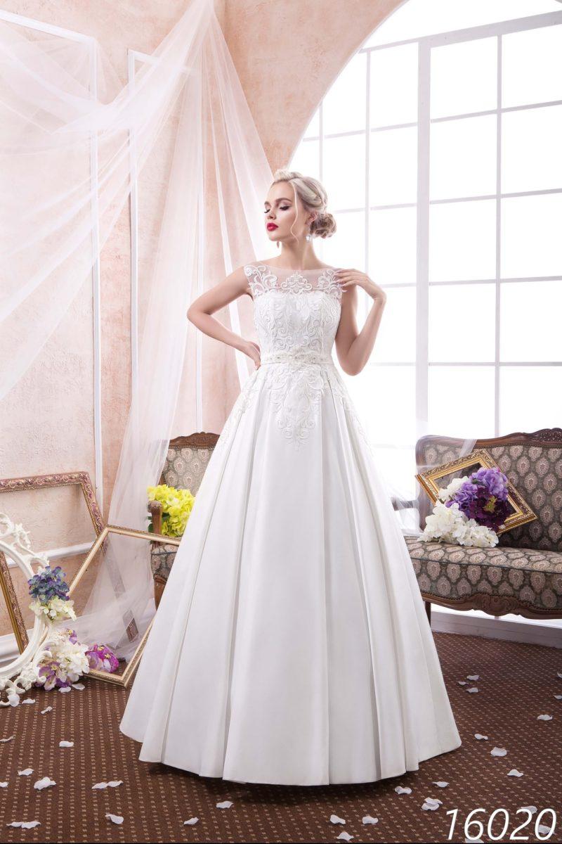 Элегантное свадебное платье «принцесса» с закрытым верхом, оформленным кружевом.
