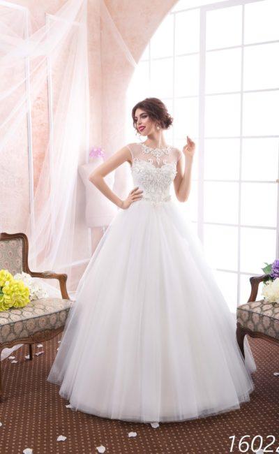 Закрытое свадебное платье пышного кроя с прозрачной вставкой над лифом и кружевной отделкой.