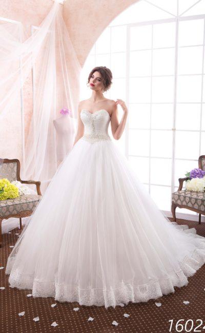 Свадебное платье бального кроя с открытым лифом в форме сердца и кружевной отделкой юбки.