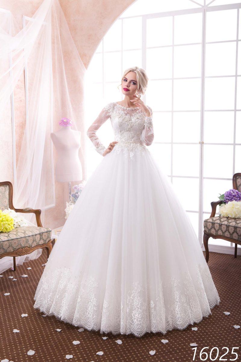 Закрытое свадебное платье пышного кроя с фактурным корсетом, украшенным аппликациями.