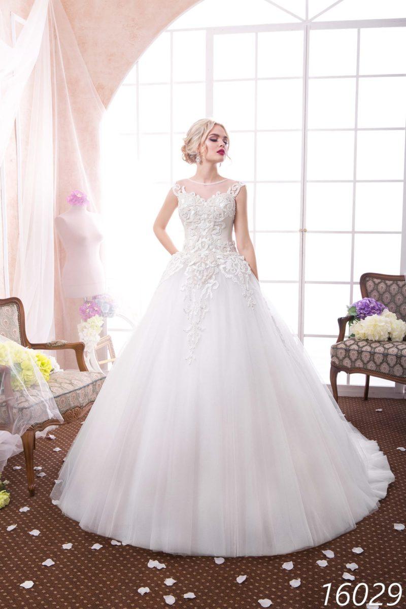 Пышное свадебное платье с закрытым лифом и кружевными аппликациями по корсету.