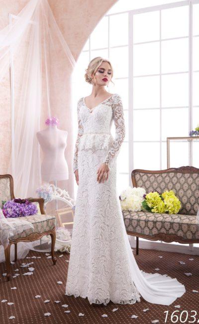 Ажурное свадебное платье прямого кроя с короткой баской и V-образным декольте.