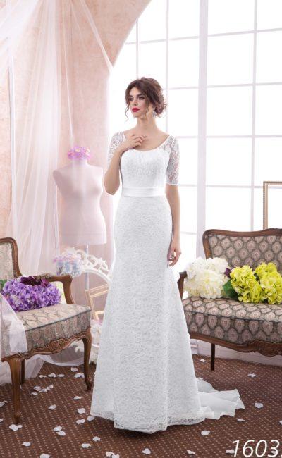 Кружевное свадебное платье «рыбка» с округлым декольте и короткими облегающими рукавами.