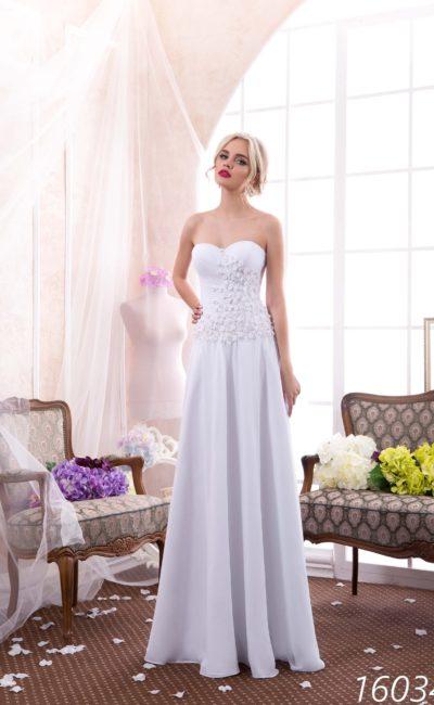 Открытое свадебное платье с лифом в форме сердечка и объемной отделкой по корсету.