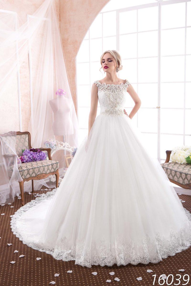 Роскошное свадебное платье с кружевной отделкой верха и фигурным округлым декольте.
