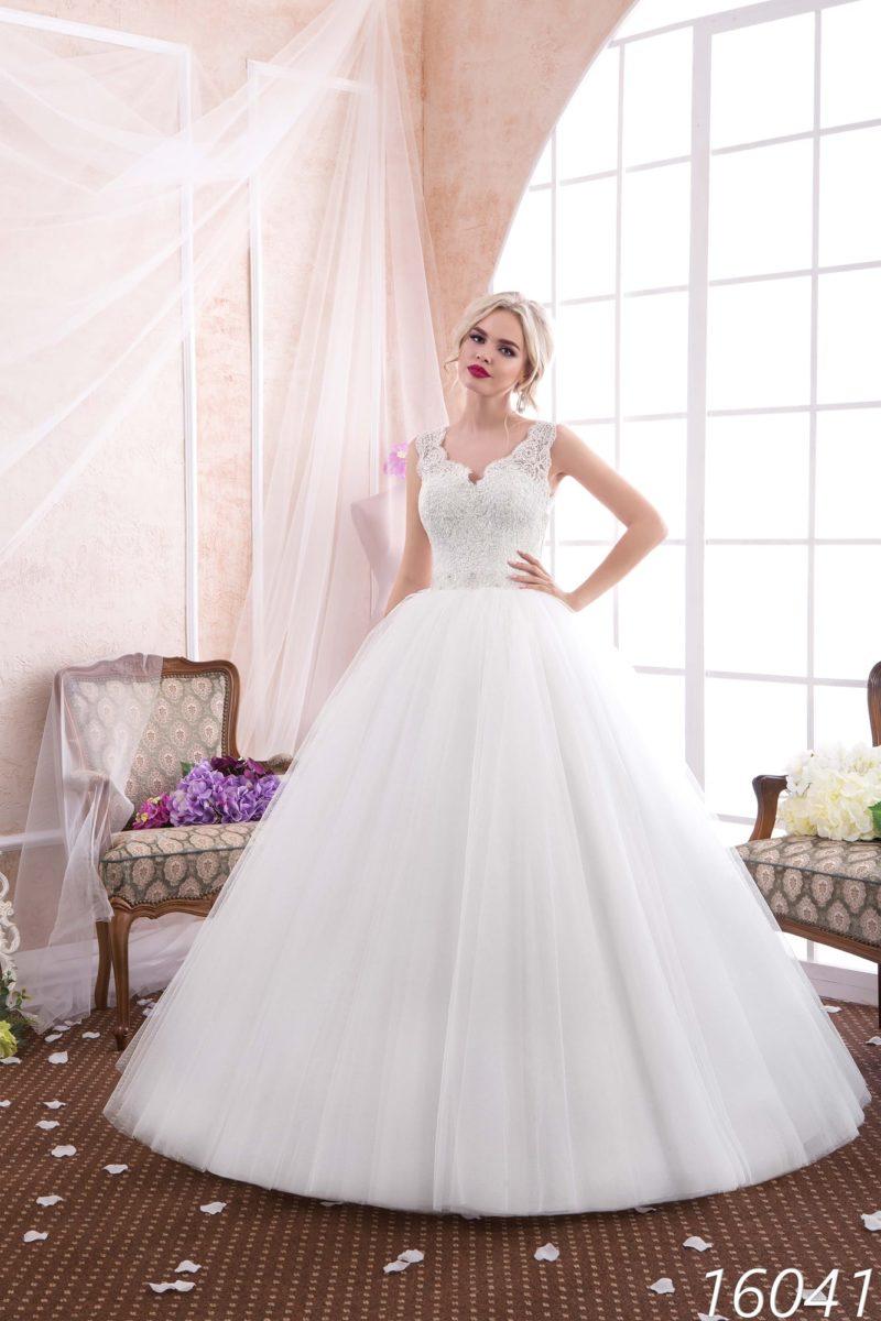 Пышное свадебное платье с кружевным верхом и элегантными широкими бретелями.