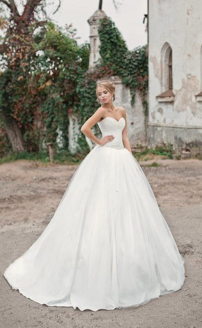 Открытое свадебное платье с бисерной отделкой корсета и многослойным подолом со шлейфом.