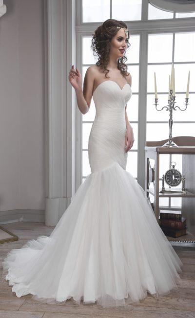 Изысканное свадебное платье облегающего кроя с соблазнительным открытым лифом в форме сердца.