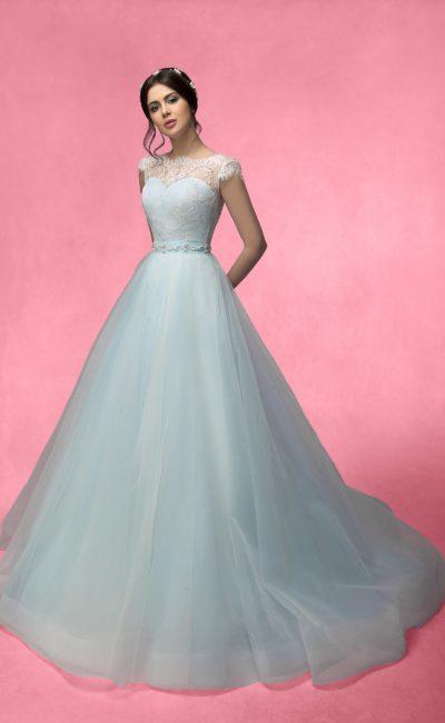 Классическое свадебное платье с короткими кружевными рукавами и юбкой А-силуэта со шлейфом.