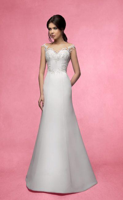 Деликатное свадебное платье прямого кроя со сдержанной кружевной отделкой лифа и шлейфом.