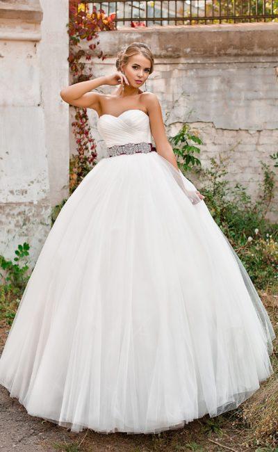 Открытое свадебное платье с лифом в форме сердечка, атласным поясом и пышной юбкой.