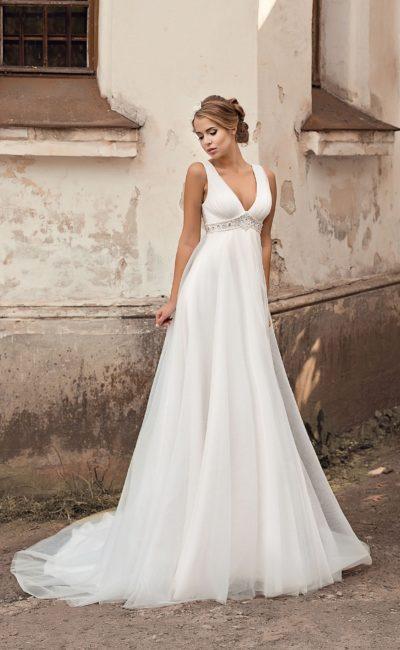 Ампирное свадебное платье с V-образным вырезом и широкой полосой вышивки под лифом.