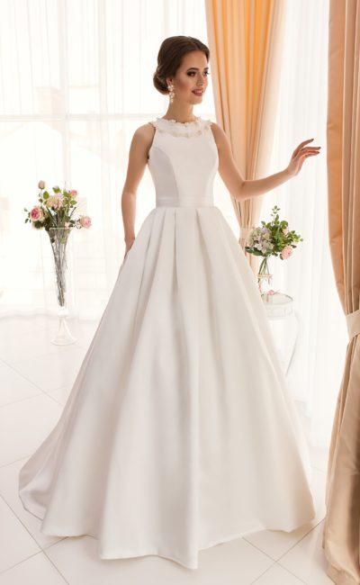 Элегантное свадебное платье с пышной атласной юбкой и закрытым лифом с круглым вырезом.
