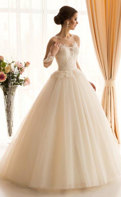 Светло-персиковое свадебное платье пышного кроя с нежной кружевной отделкой корсета.