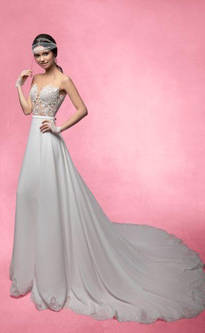 Прямое свадебное платье с полупрозрачным верхом из плотной кружевной ткани.