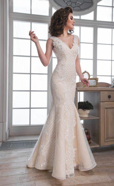 Свадебное платье «рыбка» персикового оттенка с изящным V-образным вырезом декольте.